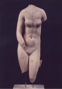 Μαρμάρινος κορμός γυμνής Αφροδίτης, ρωμαϊκό αντίγραφο, 2ος αι.  μ.Χ., χώρος V.