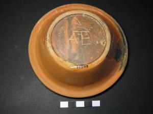 Αβαθές πινάκιο του τύπου eastern sigilata. Φέρει εγχάρακτα τα  αρχικά «ΑΕ». Ρωμαϊκής εποχής, πρώιμος 1ος - αρχές 2ου αι. μ.Χ.