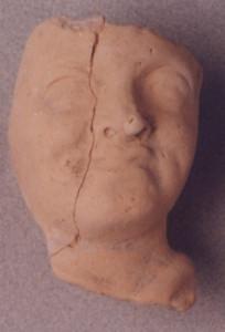 Τμήμα πήλινου ανδρικού ειδωλίου, πιθανώς πορτραίτο ρωμαίου  αυτοκράτορα.