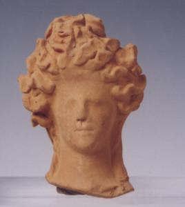 Κεφάλι πήλινου γυναικείου ειδωλίου με περίτεχνη κόμμωση  (λαμπάδιο), χώρος ΙΙ.