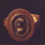 Χρυσό δακτυλίδι με ημιπολύτιμο λίθο που φέρει κεφάλι νέγρου, 1ος-4ος αι. μ.Χ., Μουσείο Παλαιόπολης-Mon Repos.